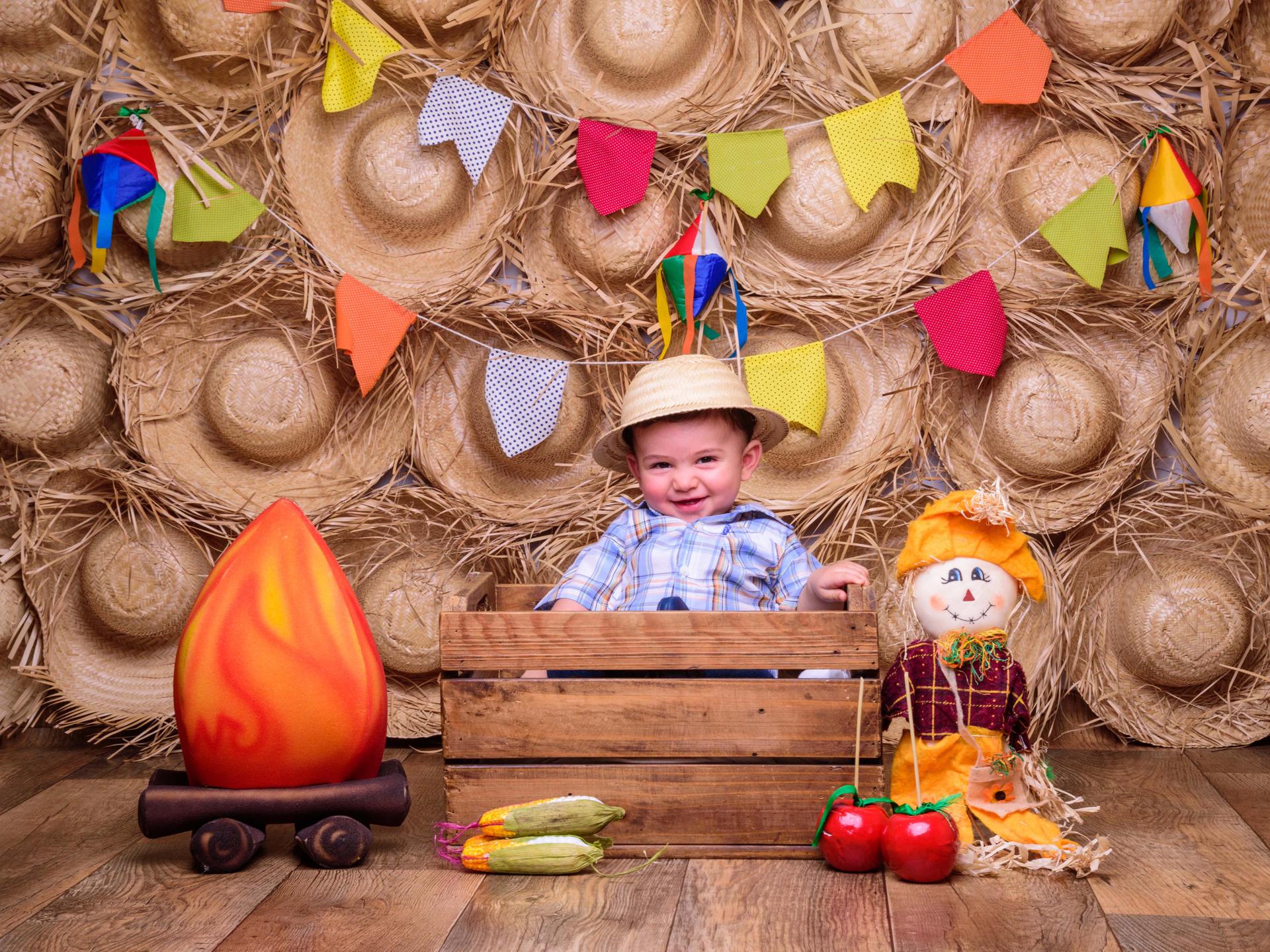 festa junina, milho, maçã do amor, forró, alegria, sessão de fotos festa junina, bebê caipira,  foto de caipira, sessão mãe e filho, sessão família, bebê da mamãe, ensaio fotografico temático, inspiração ensaio bebês, bebês fofos, família caipira,
