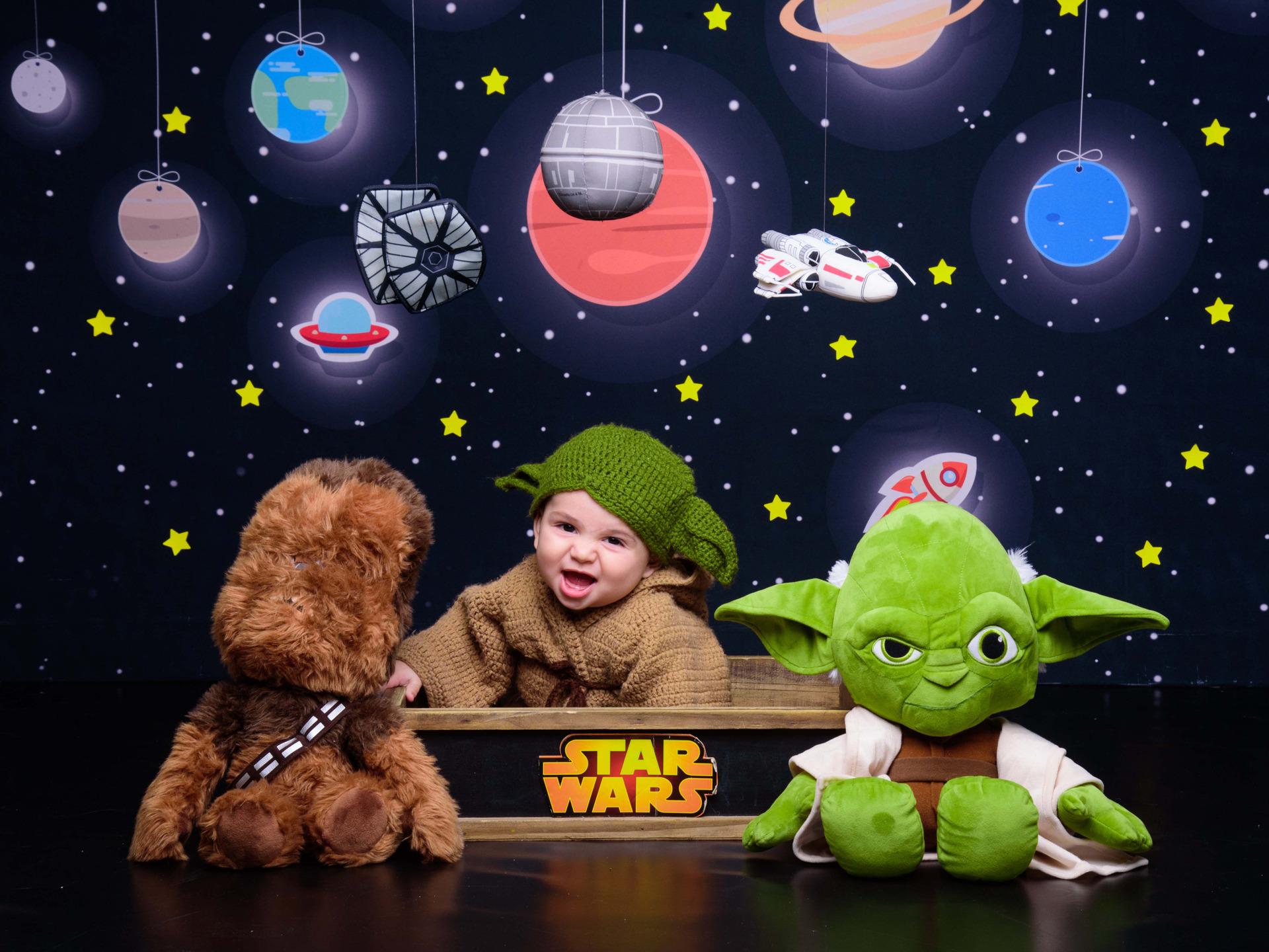 Star Wars, foto de bebê, ensaio infantil, fotografia infantil, sessão star wars, Mestre Yoda, Darth Vader, Milennium Falcon, Princesa Leia, Darth Sirius, Luke Skywalker, Han Solo, Obi-Wan, C-3PO, Chewbacca picadeiro, bebê fantasiado, bebê Yoda, inspiração ensaio bebês, foto de star wars, sessão fotografica familia, bebês fofos, bebês sorridentes, sessão nerd, bebê nerd