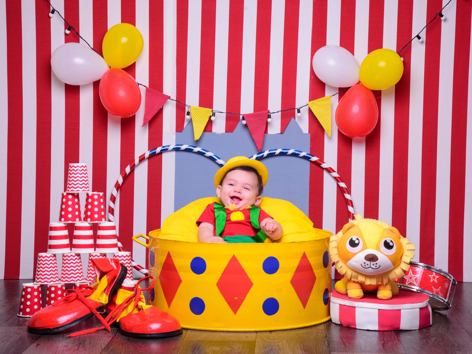 foto de bebê, ensaio infantil, fotografia infantil, sessão circo, pipoca, picadeiro, palhaço, bebê fantasiado, bebê palhacinho, inspiração ensaio bebês, foto de circo, sessão fotografica familia, bebês fofos, bebês sorridentes
