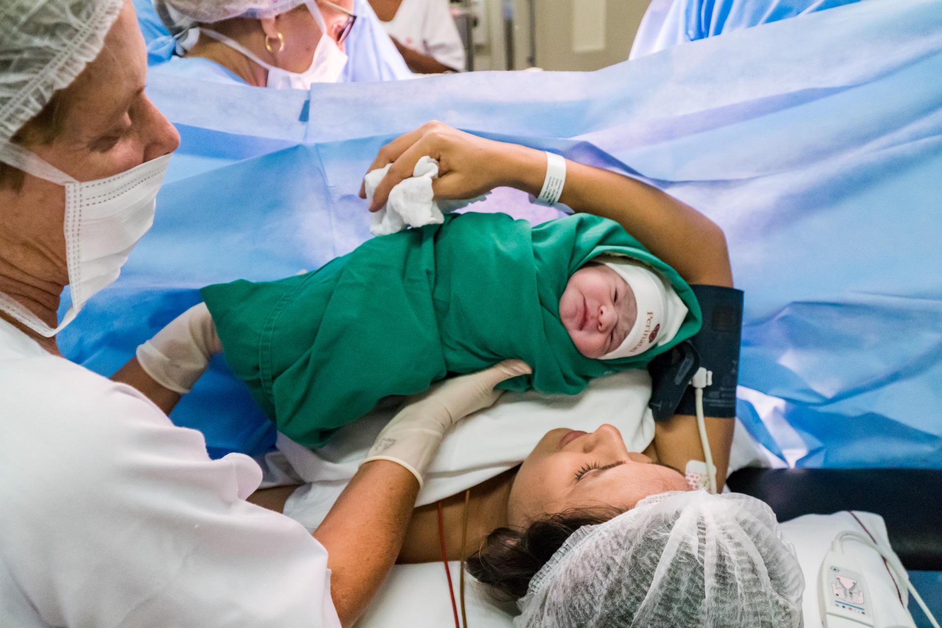 fotografia de parto rj, medica obstetra, fotografia de nascimento, fotografia bebe nascendo, mae segurando bebe ao nascer