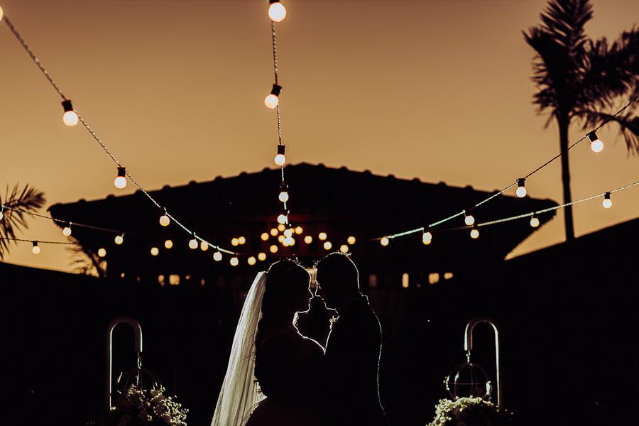 Silhueta de um casal no local de onde foi a cerimônia, casamento externo, pôr-do-sol