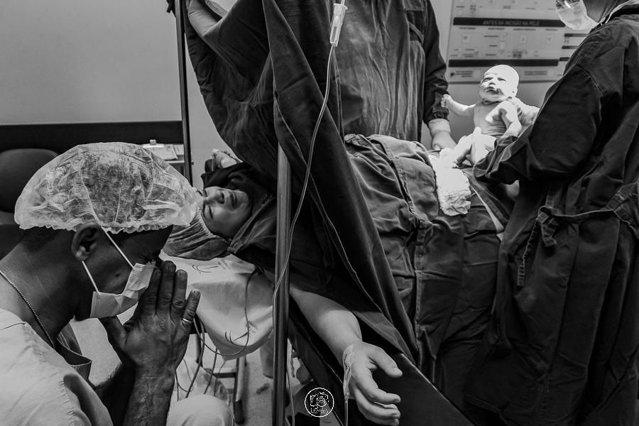 Fotografia em PB do nascimento / parto na maternidade Santa Casa de Maringá  Paraná, foto de cesaria feito por Babicz Fotografias. Foto Documental de Parto