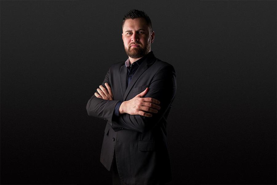retrato comercial corporativo, foto de perfil para empresario, no fundo branco ou escuro