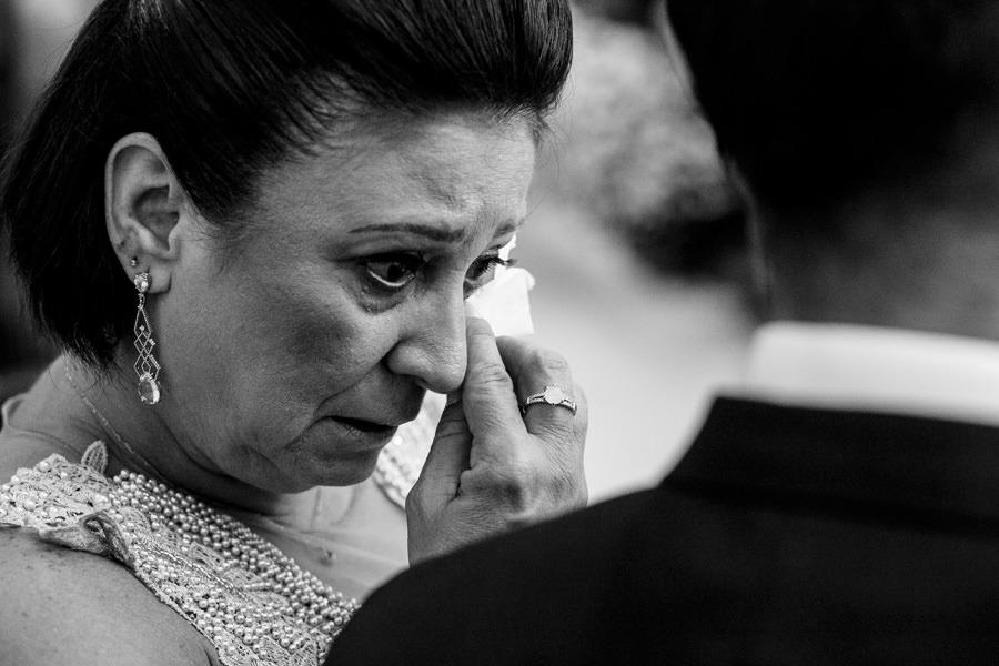 Foto de Mãe Emocionada em Casamento