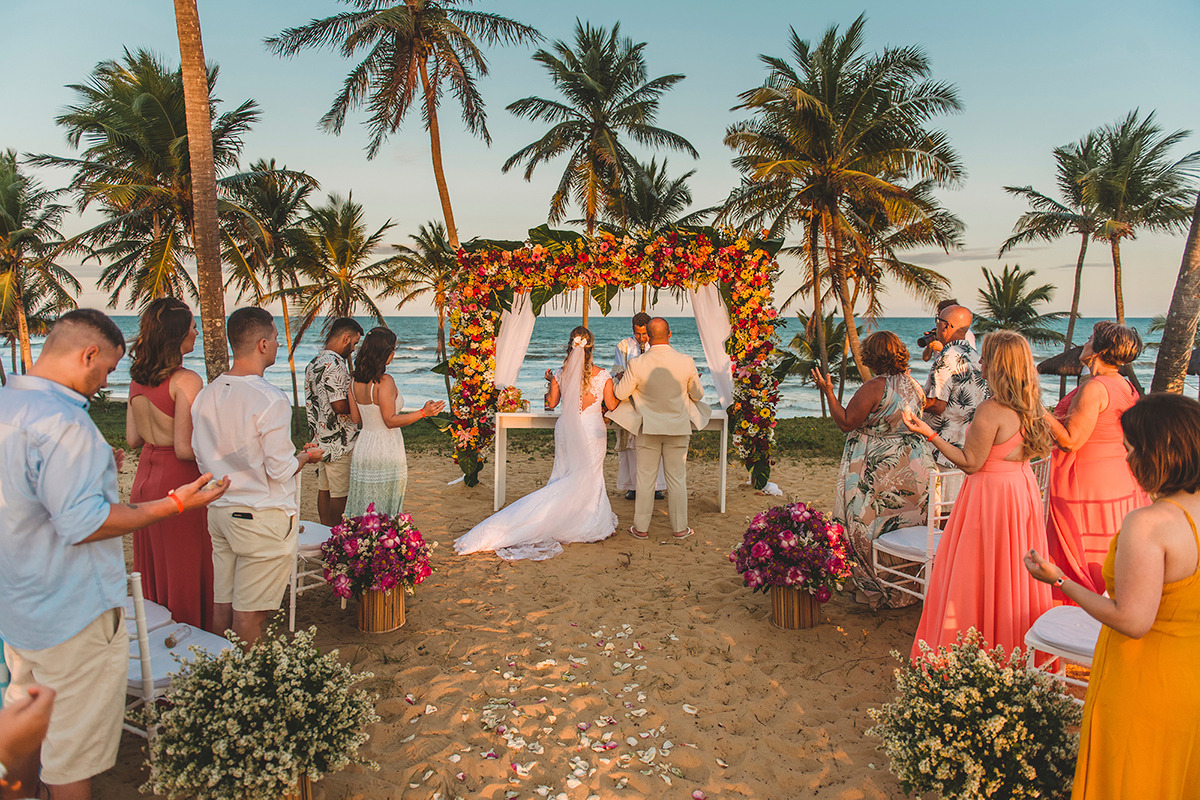 cerimônia de casamento em frente a praia nas dunas no Grand Palladium Imbassaí Resort % SPA no por do sol