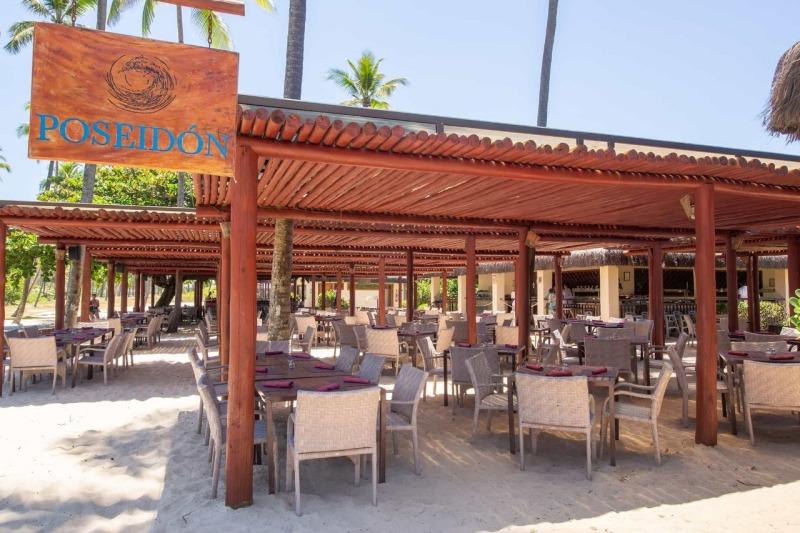 restaurante poseidon no beach club do Grand Palladium Imbassaí Resort  & SPA