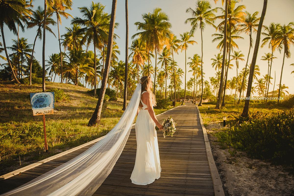 Noiva no caminho indo para cerimônia de casamento, frente ao mar e no por do sol