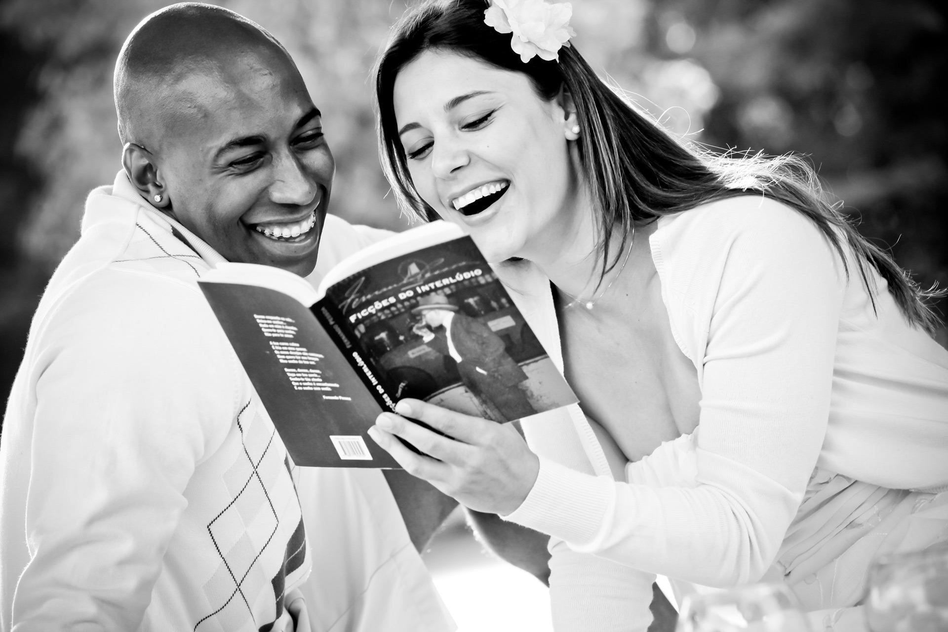 casal-ensaio-pre-wedding-seguran-livro-e-sorrindo-parque-villa-lobos