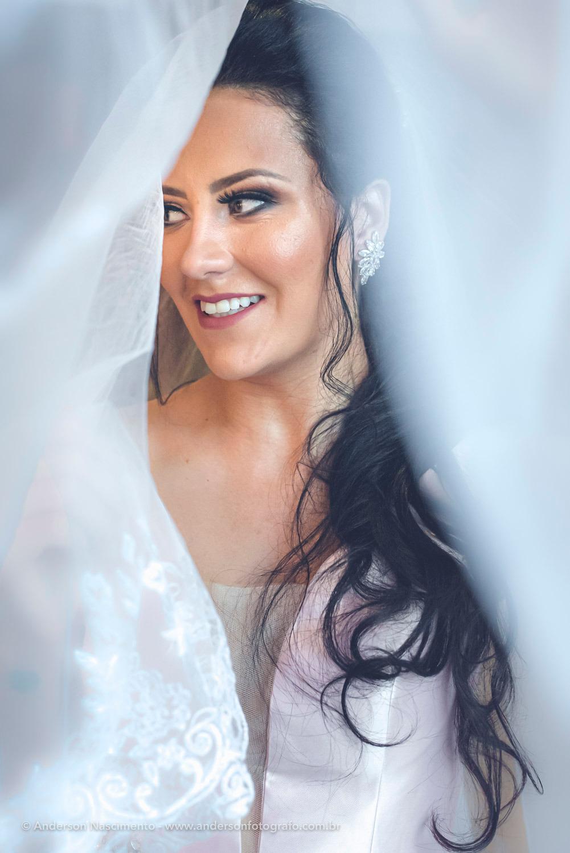 retrato-de-noiva-linda-sorrindo-veu