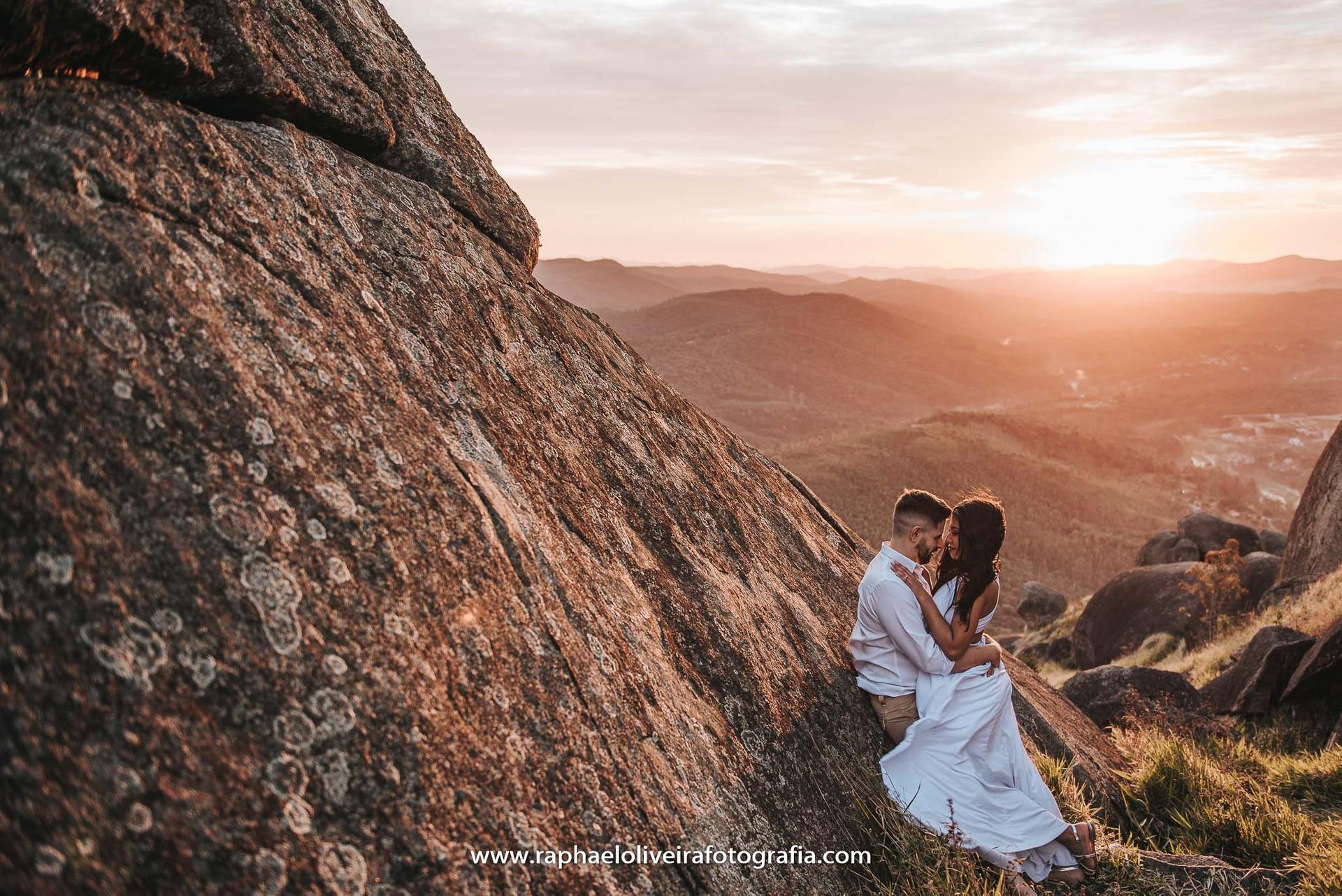 Pré-casamento na montanha ao nascer do sol