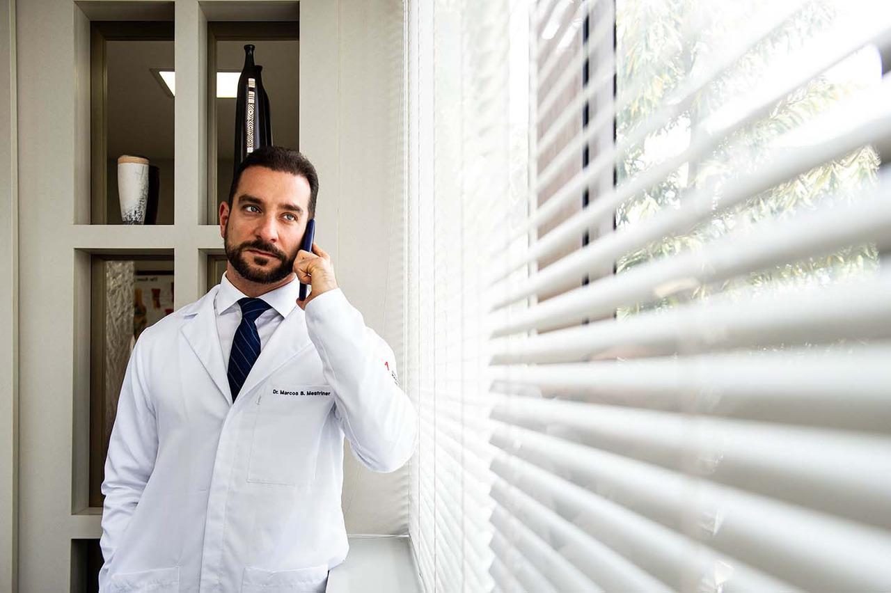 Retrato lifestyle (estilo de vida) do Dr Marcos em seu Consultório de Ortopedia