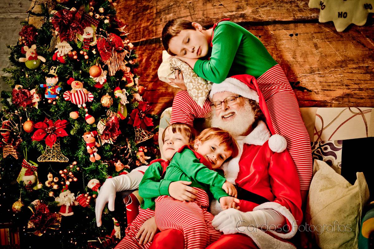 Ensaio em estúdio fotográfico de família com o Papai Noel em Indaial Blumenau Timbó Pomerode