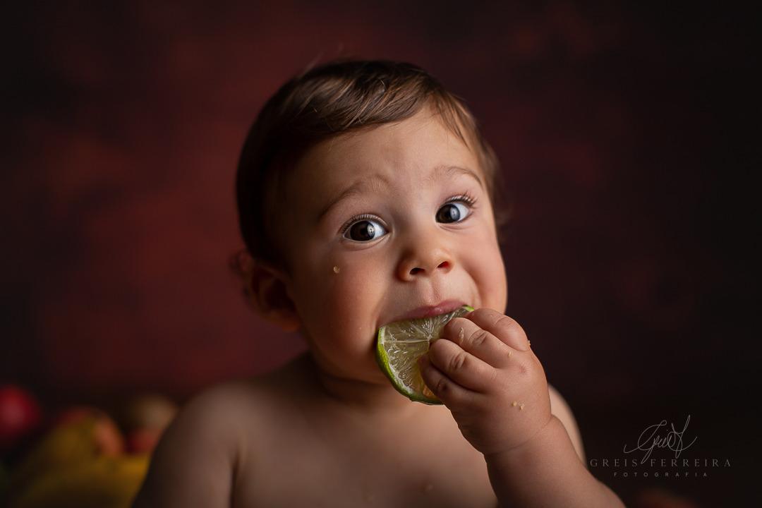 ensaio de bebe com frutas limão