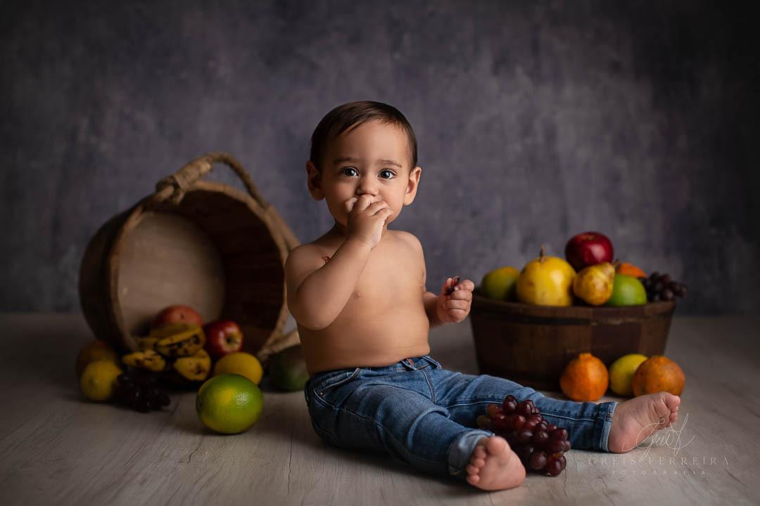 ensaio de bebe com fruta banana laranja maça mexerica