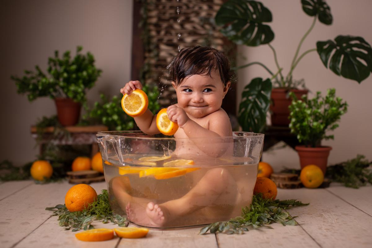 ensaio de bebe na banheira banho de fruta laranja