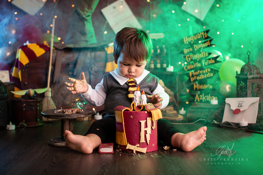 ensaio de bebe menino com bolo do harry potter