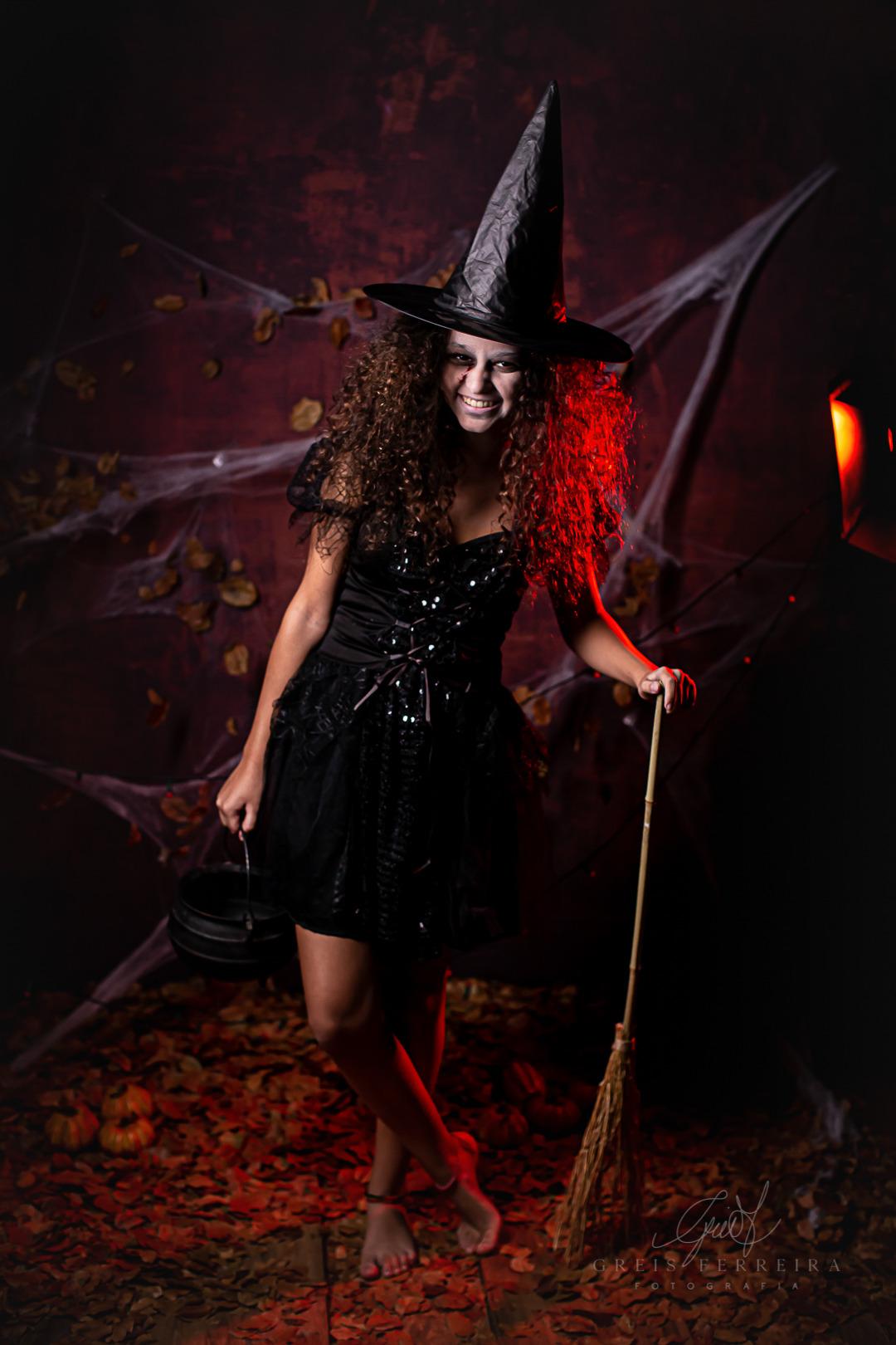 ensaio infantil de halloween bruxa com caldeirao
