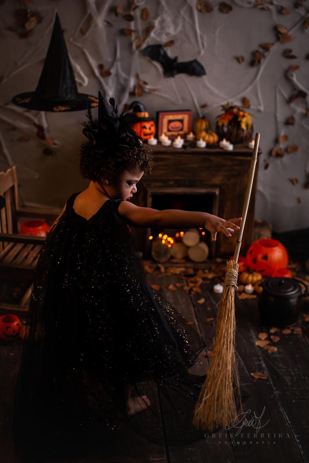 ensaio de halloween infantil em bh de bruxa
