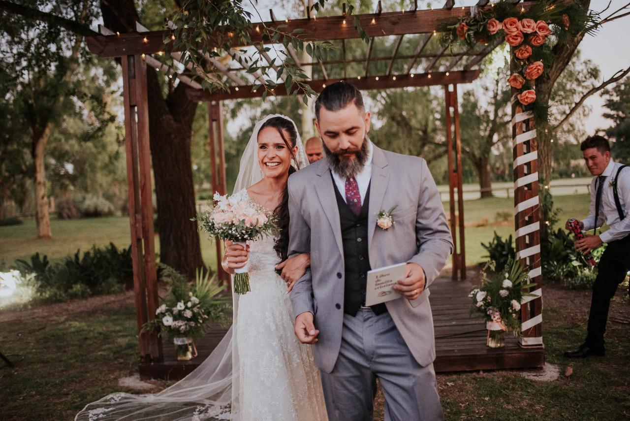 pareja saliendo de la ceremonia post casamiento