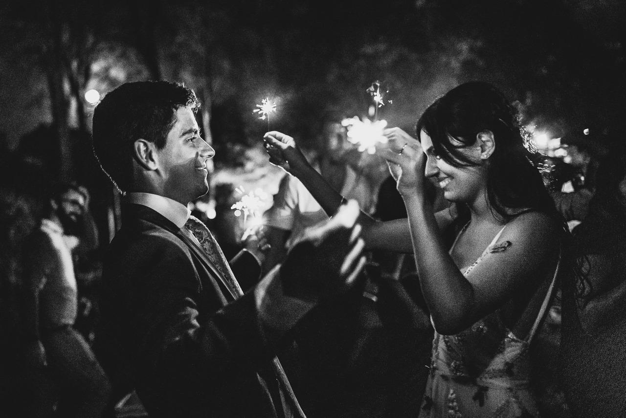 pareja con estrellitas de navidad en su casamiento